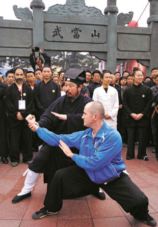 A foreigner learning from a Taoist Abbot of Wudang Mountain.