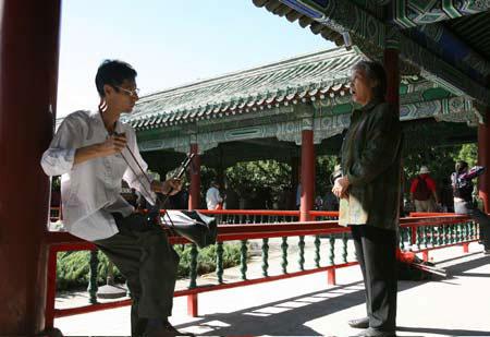 Some Chinese people enjoy singing Peking Opera at their leisure. (CFP)