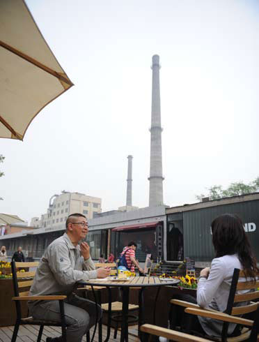 The open-air cafés, of distinctive flavors, present a scene with unique charm and beauty. Like many other artists in the Art Zone, Zhang often takes a rest in a café while awaiting artistic inspiration. The industrial traces in the decommissioned factory always remind the artist, born in the 1960s, of his growing-up days.